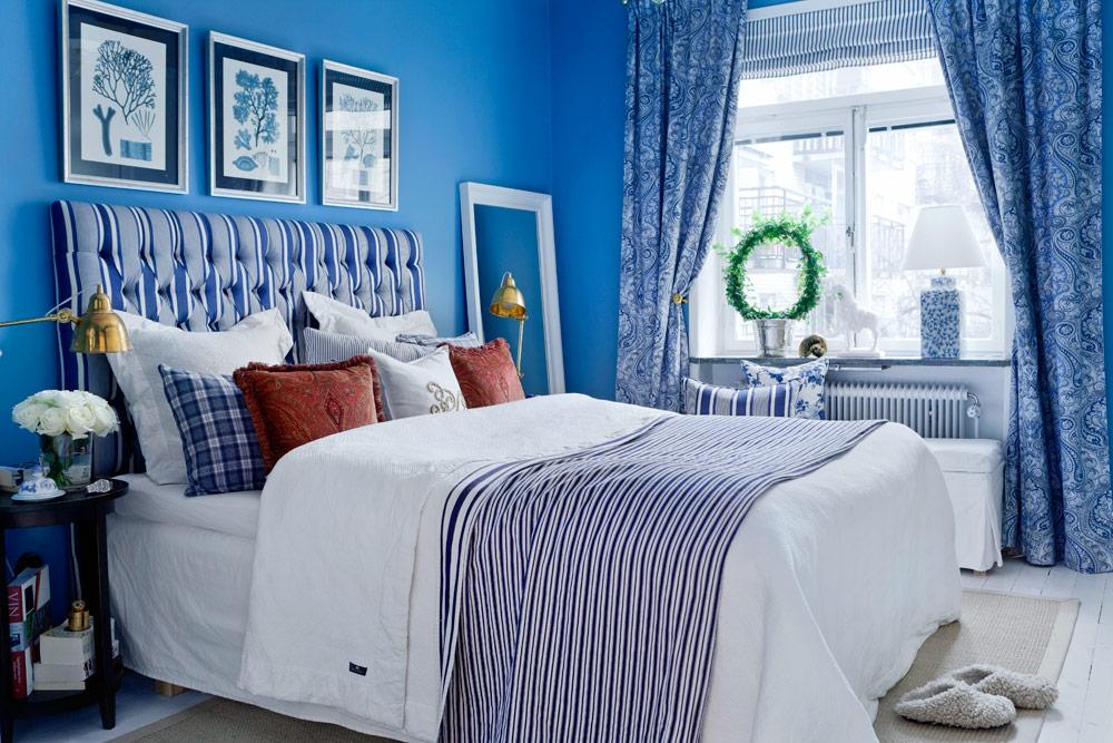Синие шторы в интерьере спальни