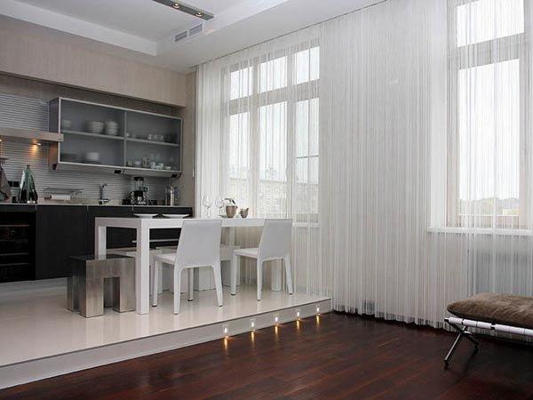 Белые нитяные шторы в гостиной