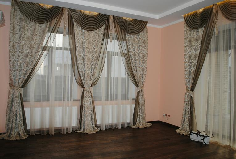 Классические портьеры с гардинами в зал