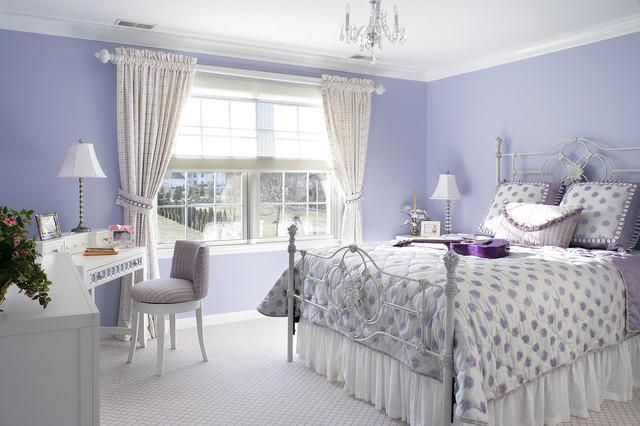 Белые шторы и фиолетовые обои