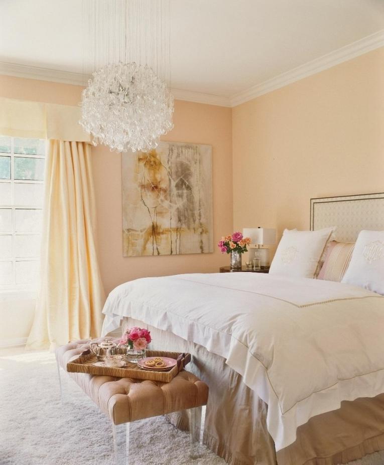 Белые шторы и персиковые обои