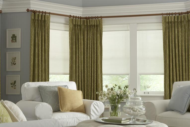 Зеленые шторы для зала