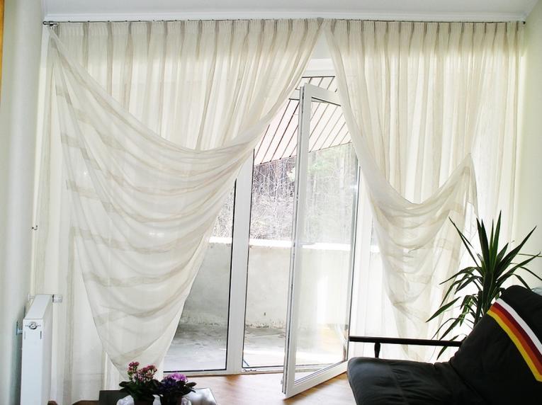 Белые шторы из органзы в зале