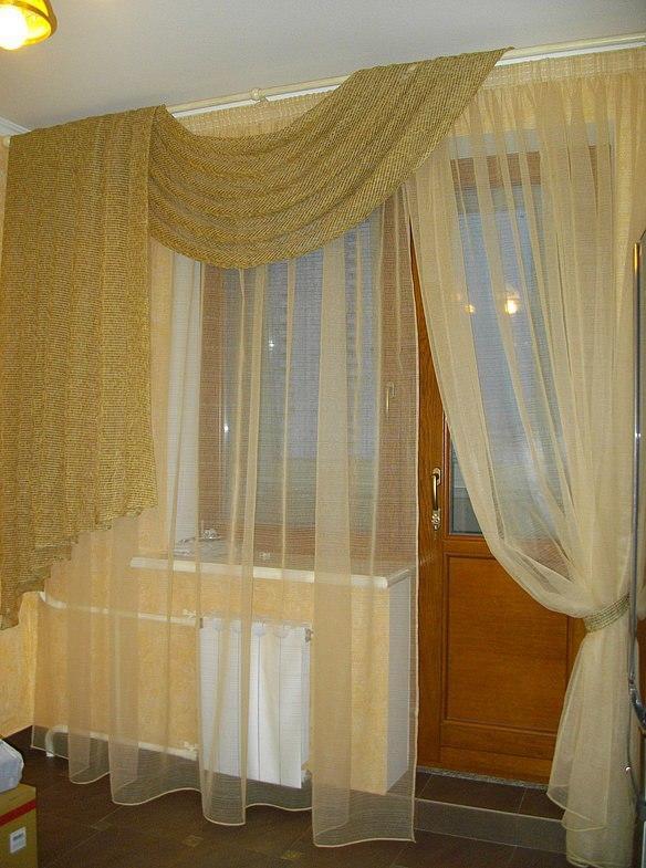 Шторы в маленькую комнату с балконом