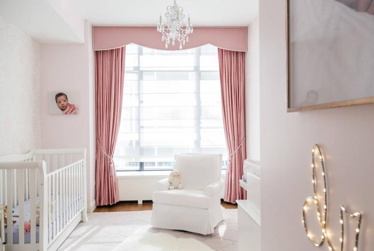 Розовые шторы в интерьере: фото с идеями в спальню, детскую, гостиную