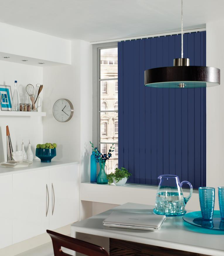 Синие вертикальные жалюзи на кухне