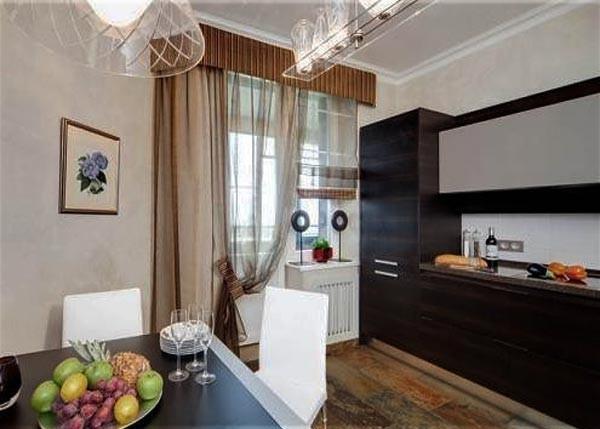Стильный ламбрекен для штор на кухню с балконной дверью