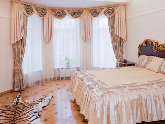 Мягкий ламбрекен в спальне