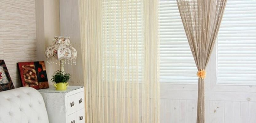 Бежевые шторы нити в интерьере спальни