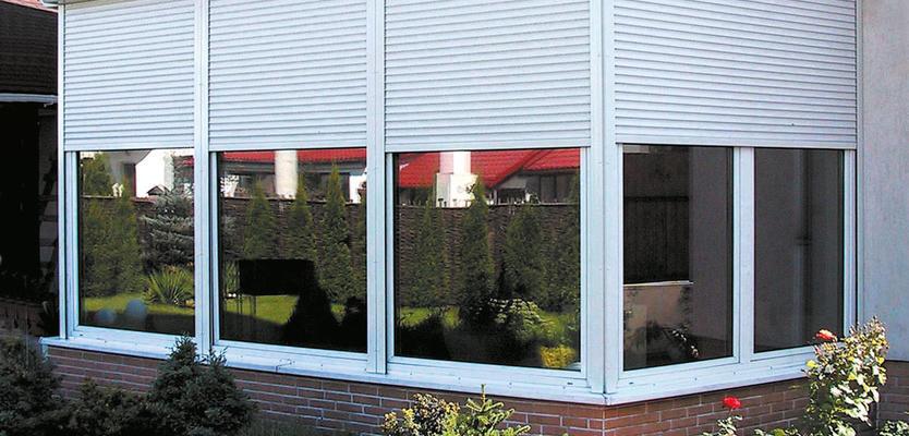 Белые рольставни на окнах