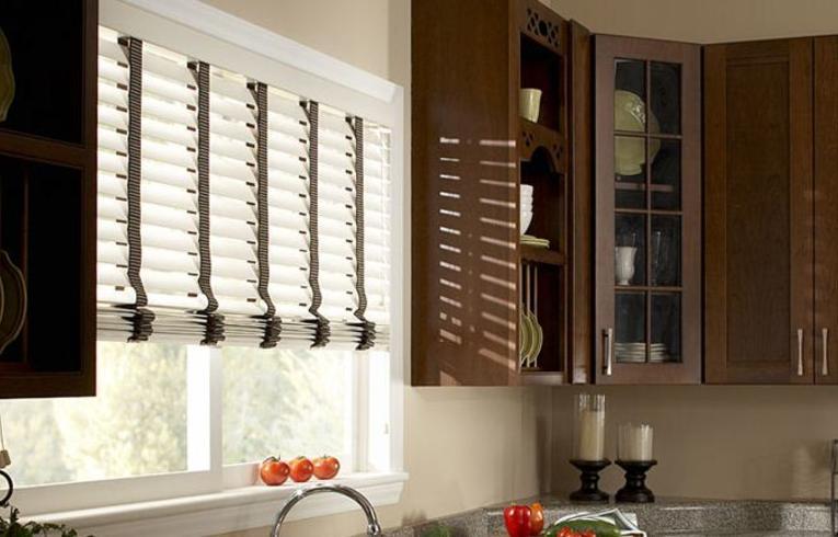 Жалюзи – это практичное и красивое решение для декора окна на кухне.