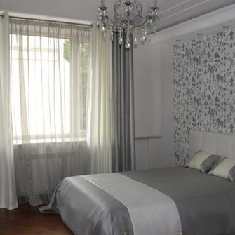 Серые обои в интерьере гостиной подобрать шторы