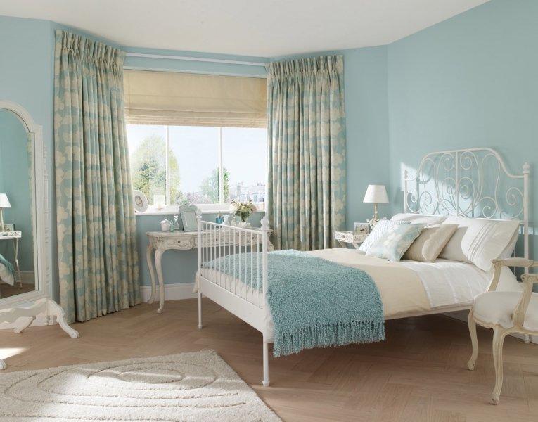Голубы шторы в спальне