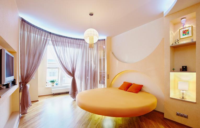 Сиреневые гардины в спальне